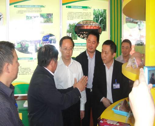 时任农业部科教司司长唐珂参观第十届中国国际农产品交易会我院展区