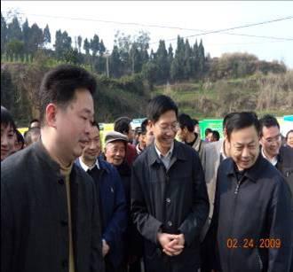 时任四川省委常委、副省长钟勉参观我院科技成果展