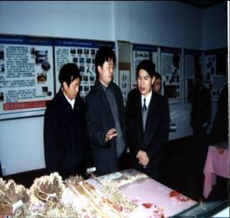 时任四川省委常委、组织部长柯尊平参观我院成果陈列室