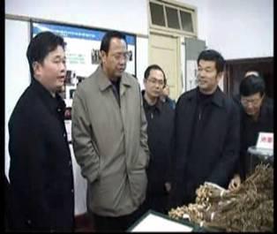 时任农业部副部长张宝文参观我院成果成列室