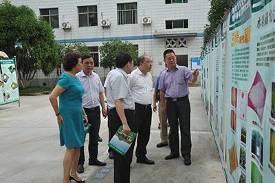 四川省科技厅厅长刘东参观我院成果展板