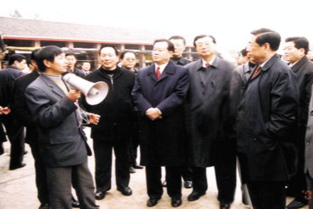 时任四川省委书记张学忠、省长张中伟视察我院托牛场